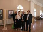 Учесници Конференције на изложби о Николи Миркову