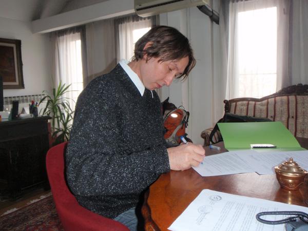 Директор музеја Бранислав Станковић потписује Протокол о сарадњи